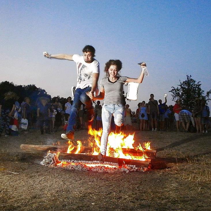 Парный прыжок мужчины и женщины через костер во время современного праздника Ивана Купалы. Фото - Википедия