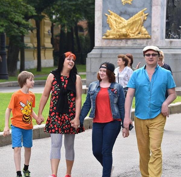 Владимир Воленко с женой Натальей и двумя младшими детьми. Фото - ВКонтакте