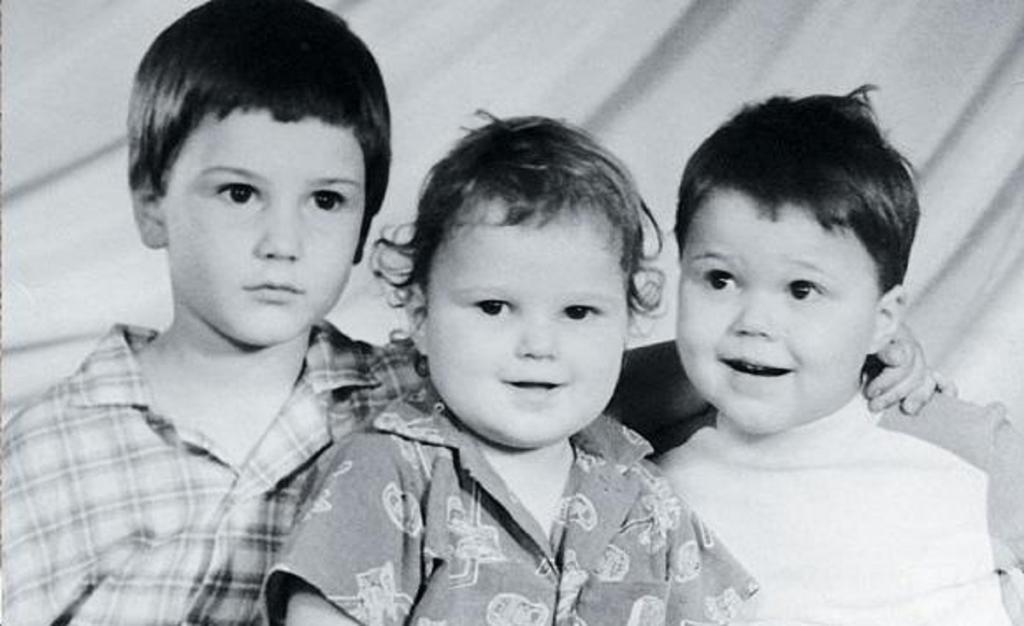 Данила Козловский (справа) с братьями