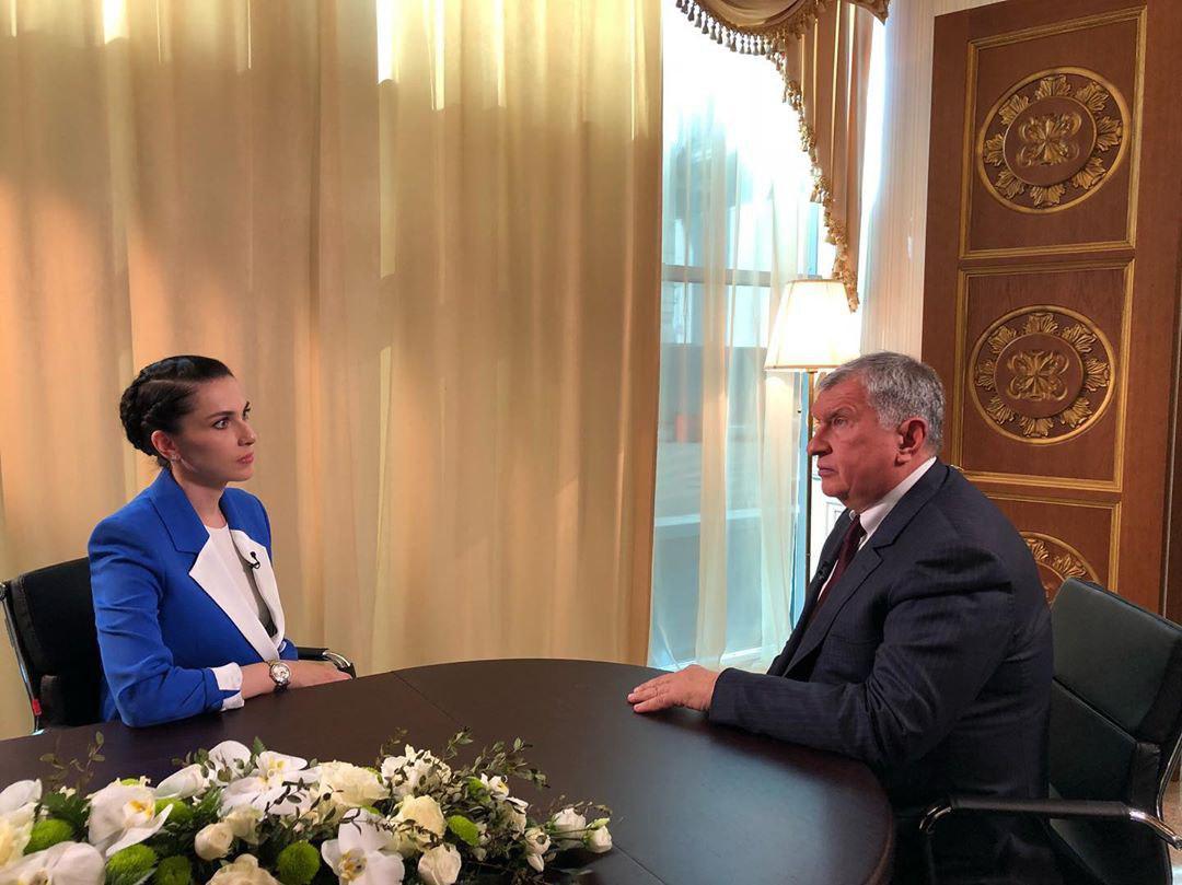 Наиля Аскер-заде берет интервью у Игоря Сечина