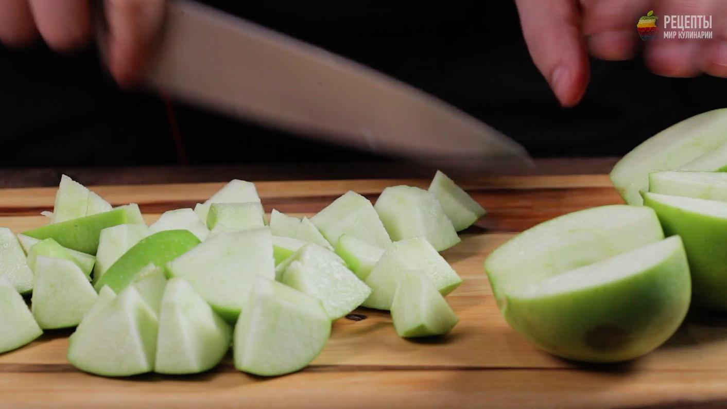 Утка, фаршированная яблоками и клюквой, в карамельной корочке