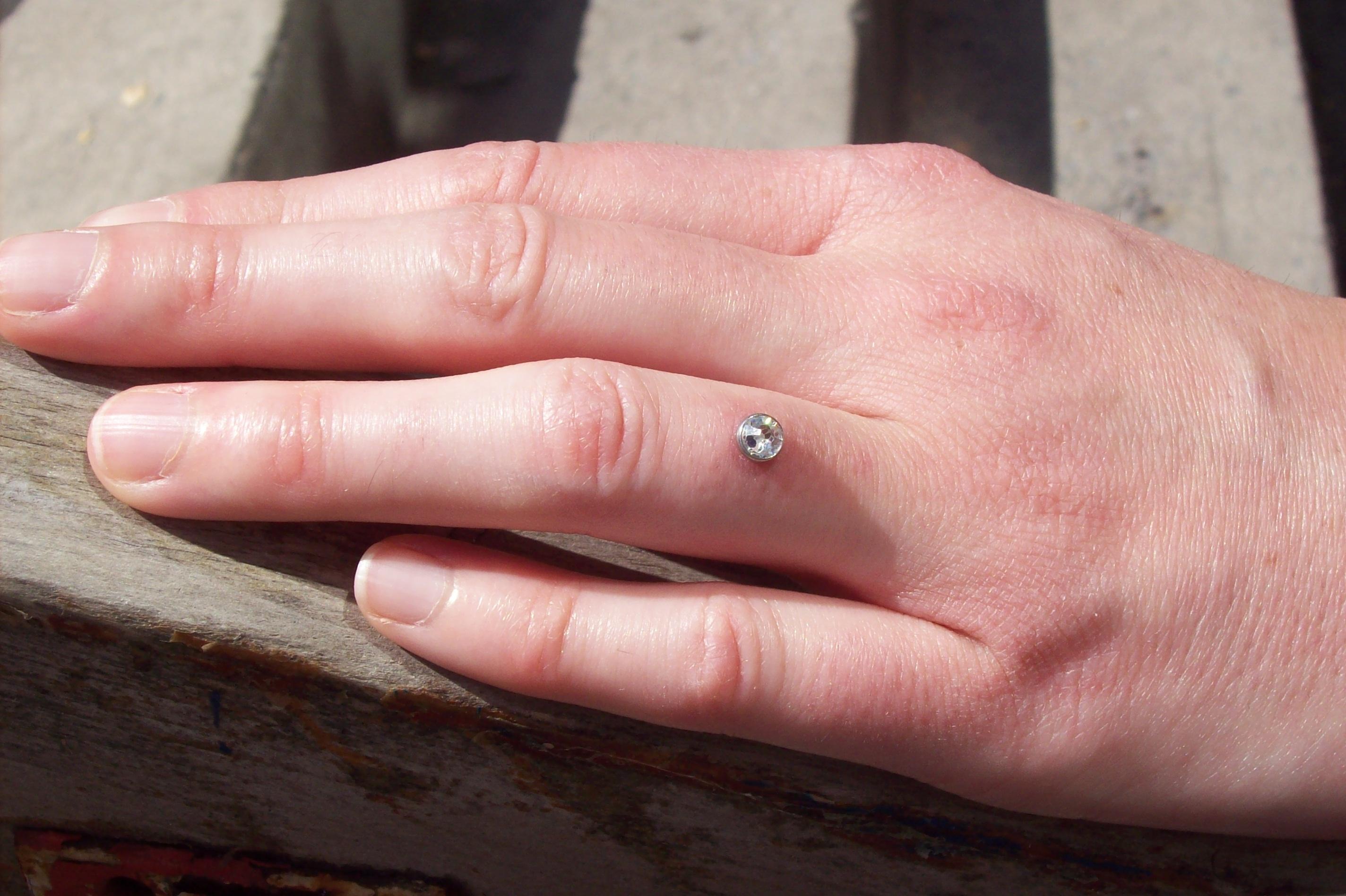 Пирсинг пальца