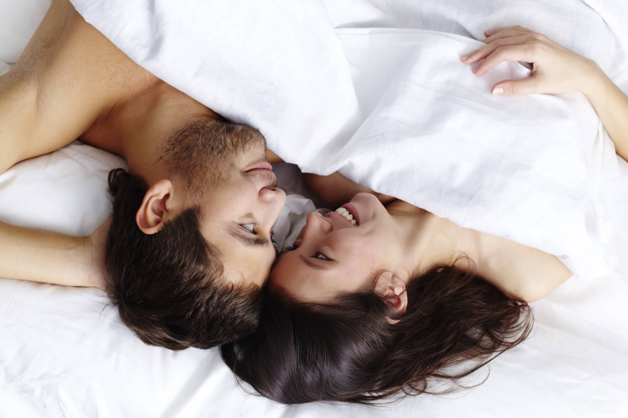 Фото пары в кровати, Фото Влюбленная пара целуется, лежа в кровати под 16 фотография