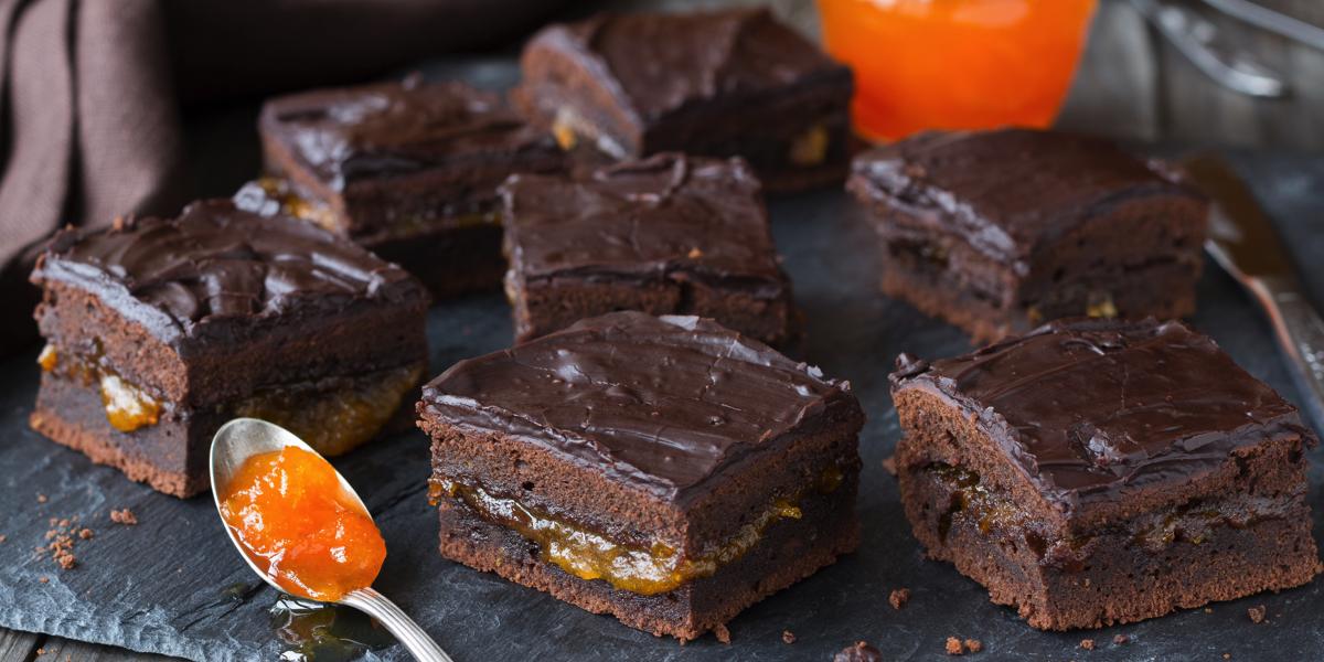 Фото Венский торт Sacher: бисквитные шоколадные коржи, абрикосовый джем и глазурь
