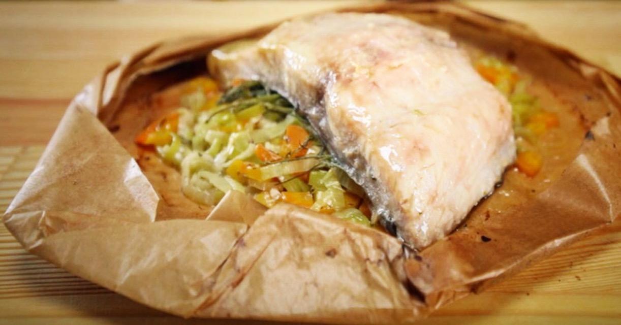 Филе сазана на подушке из овощей, запеченное в пергаменте