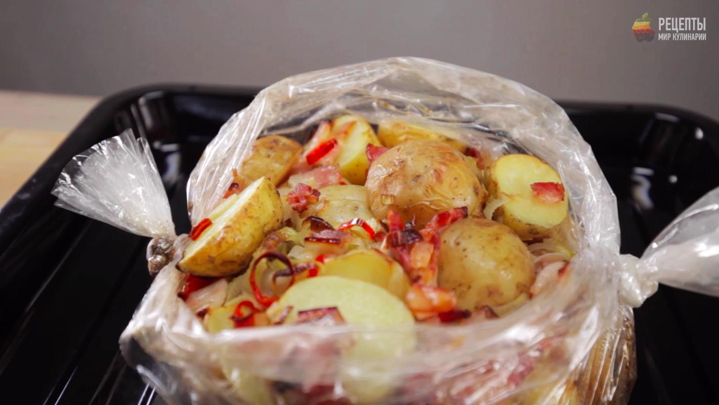 Запеченый картофель в рукаве с чили и грудинкой: видео-рецепт