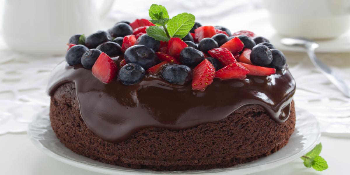 Фото Шоколадный кекс с глазурью и ягодами в микроволновой печи