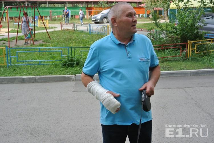 Фото На руке - 15 переломов: мужчина, который спас выпавшую из окна на Бебеля девочку, отказался от награды (Фото)