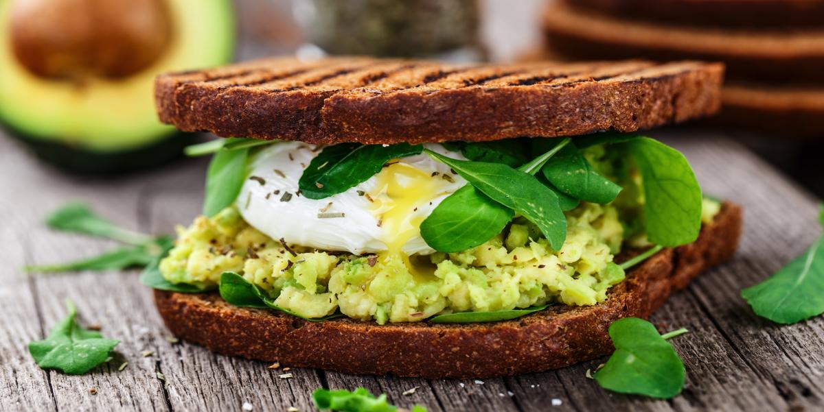 Фото Теплый бутерброд с авокадо, песто и яйцом пашот на завтрак