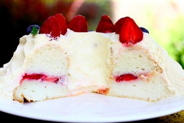 Фото Ангельский торт с лимонным кремом и клубникой