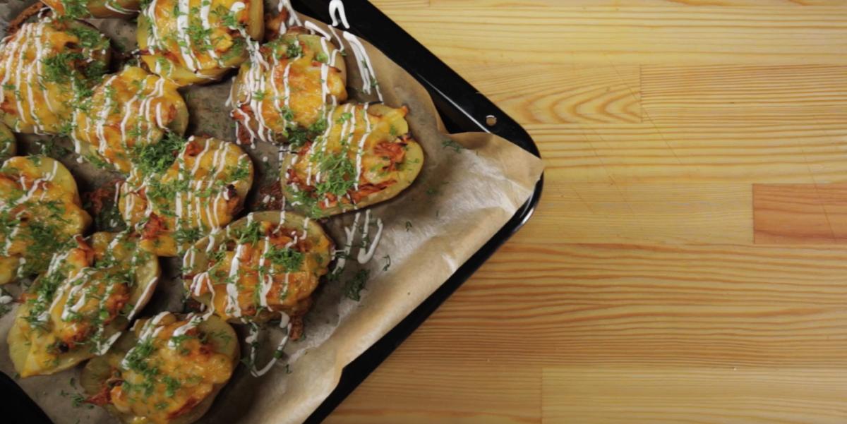 Запеченный картофель с курицей BBQ: видео рецепт и пошаговые фото
