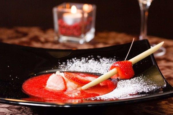 Фото Клубничный сезон уже подходит к концу, но у любителей этой ягоды еще есть время, чтобы приготовить эксклюзивный клубничный суп.