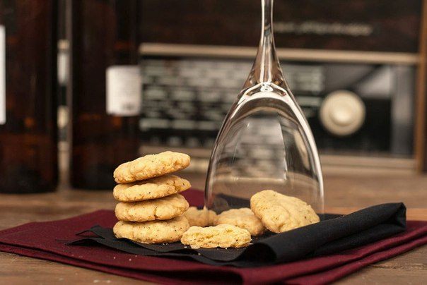 Фото Сырное печенье — это оригинальная закуска к вину или пиву. Чудесный перекус для взрослых и детей — и минимум физических и временных затрат.