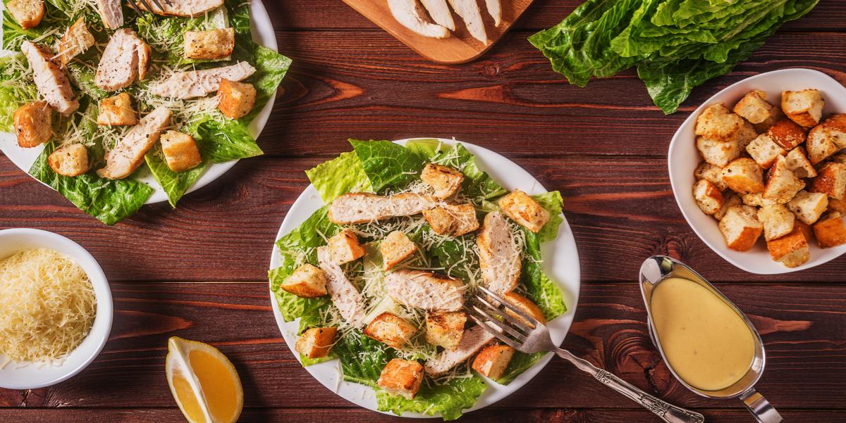 """Фото Салат """"Цезарь"""" с курицей и соусом на Ваш выбор: оригинальный и на основе вареных желтков"""