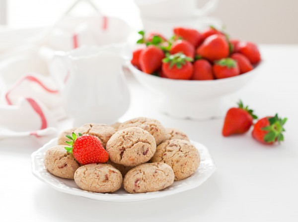 Фото Итальянское миндальное печенье. Его можно приготовить с мелко нарезанной клубникой.