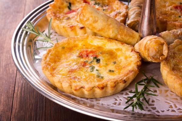 Тарты с грушей, сыром и беконом
