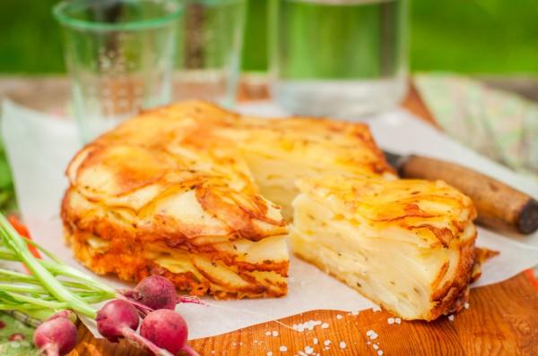 Фото Так называется французская картофельная запеканка с сыром и сливками. Это великолепный гарнир ко многим блюдам.