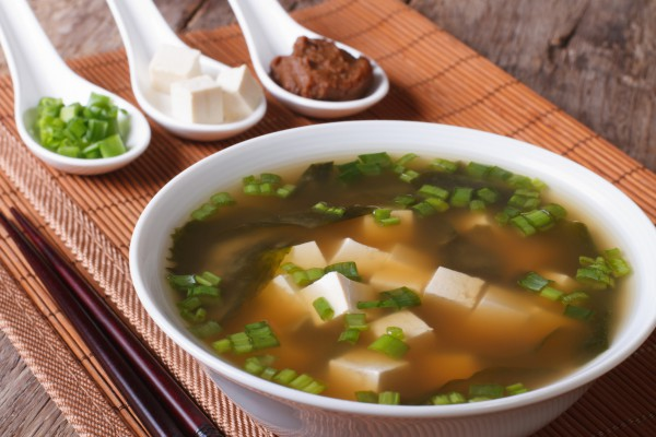 Фото Суп мисо, или мисо суп – популярное японское блюдо. Наряду с рисом он является основой японской кухни.
