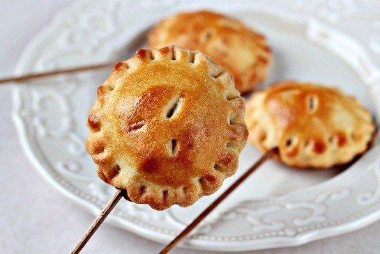 Фото Пирожки на палочке с яблоками