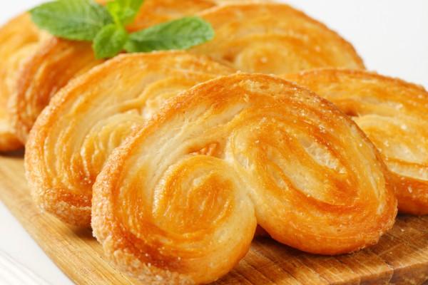Фото Хрустящее печенье из слоеного теста с сахаром – популярный и многими любимый десерт. Его приготовление требует минимум ингредиентов и времени.