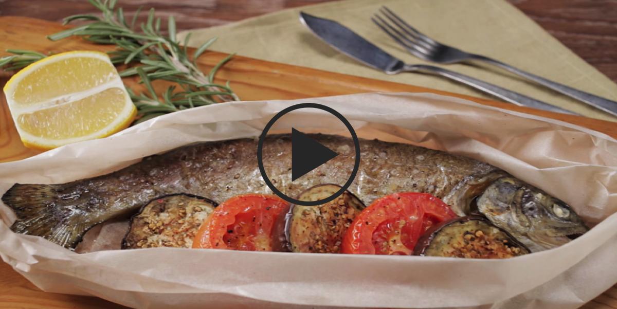 Радужная форель с помидорами и баклажанами: видео-рецепт