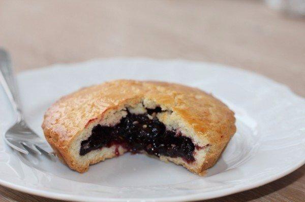 Фото Ароматные пирожки с вишневым вареньем
