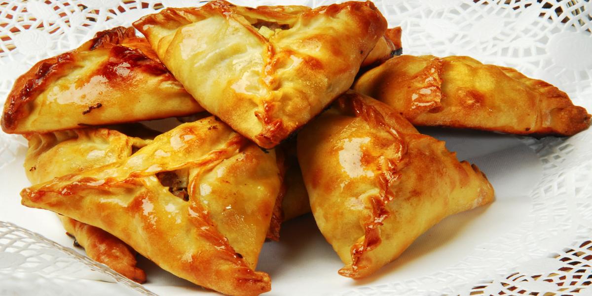 Фото Эчпочмак - треугольные пирожки татарской и башкирской кухни. Тонкое тесто, сочная начинка - потрясающе вкусно!