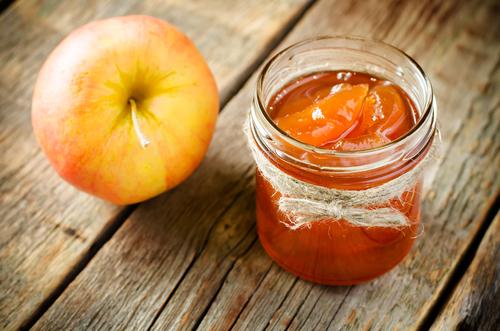 Фото Желе из яблок – яркое, красивое и необыкновенно вкусное можно приготовить в домашних условиях на зиму. Это очень просто! Результат просто потрясающий! Желе застывает до состояния мармелада, что позволяет использовать его для украшения домашних И и