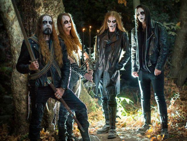 Photo of Casal convida integrantes de banda de metal para ensaio pré-casamento e viraliza na web
