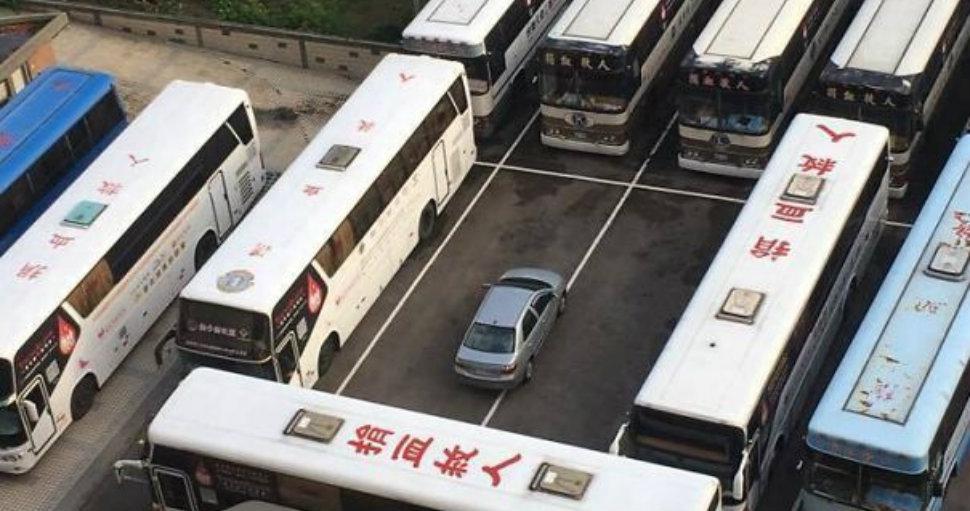 Фото Да кто тебе права выдал: 12 примеров того, как проучили не умеющих парковаться водителей