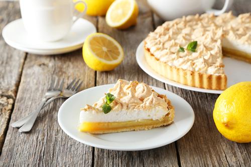 """Фото Лимонный пирог с безе - это нежнейшая начинка из лимонов с """"шапочкой"""" из взбитых белков на песочном тесте."""