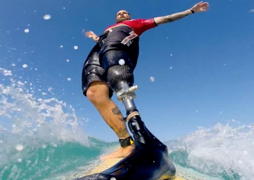 Photo of Fotógrafo capta imagens incríveis do surfe adaptado para deficientes