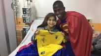 Enner Valencia se transforma em Super-Homem para visitar crianças com câncer no hospital