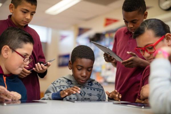 Photo of Ministro britânico afirma que escolas precisam equilibrar o uso de iPads pelos alunos