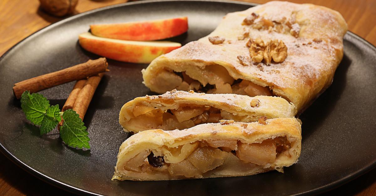 Фото Визитная карточка австрийской кухни - сочный и очень нежный штрудель с яблоками - подарит хорошее настроение на весь день.