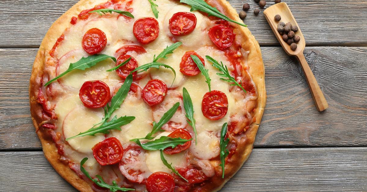 Фото Итальянская пицца с базиликом и помидорами
