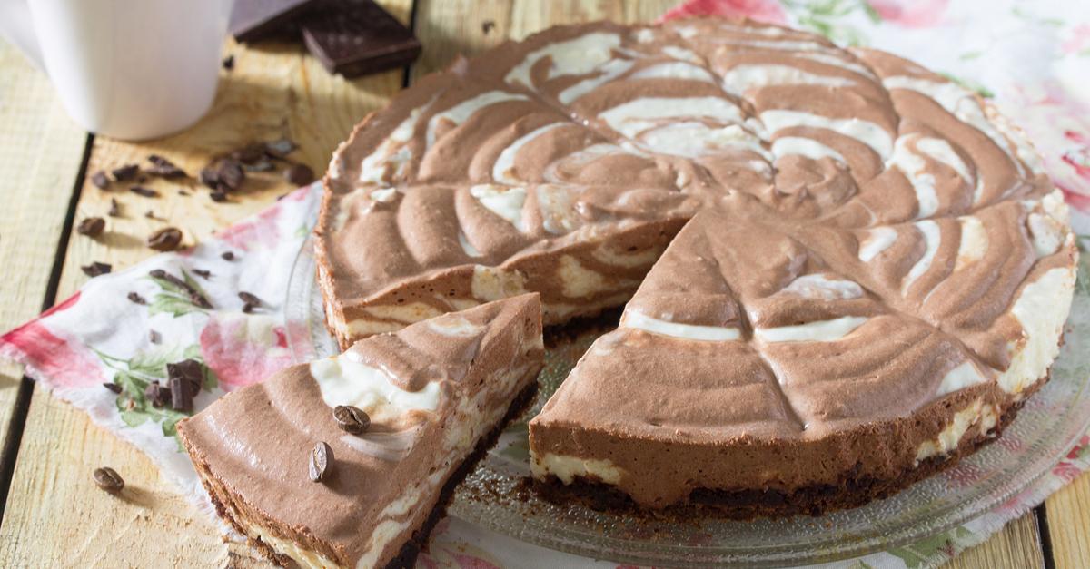 """Фото Этот всем известный пирог очень вкусный и невероятно простой в приготовлении. """"Зебра"""" готовится меньше, чем за час, но может стать отличным дополнений любого праздника на вашем столе. Порадуйте своих близких легким и нежным пирогом из детства."""
