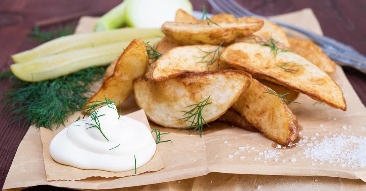 Фото Печеная картошка с хрустящей корочкой - одно из самых популярных блюд в Америке. Молодой некрупный картофель в маринаде придется по душе на любом застолье. И хотя с готовкой нужно повозиться, картошка айдахо стоит того.