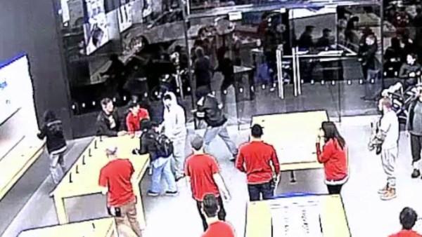 Photo of Vídeo: ladrões invadem loja da Apple duas vezes numa mesma semana para roubar iPhones