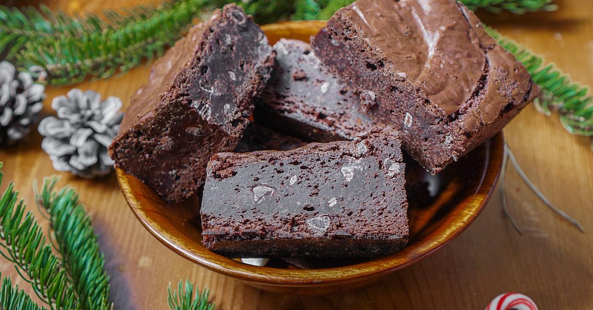 Фото Десерт брауни - один из самых популярных десертов в мире. Шоколадный пирог с влажной серединкой просто не может оставить равнодушным. Обязательно попробуйте!
