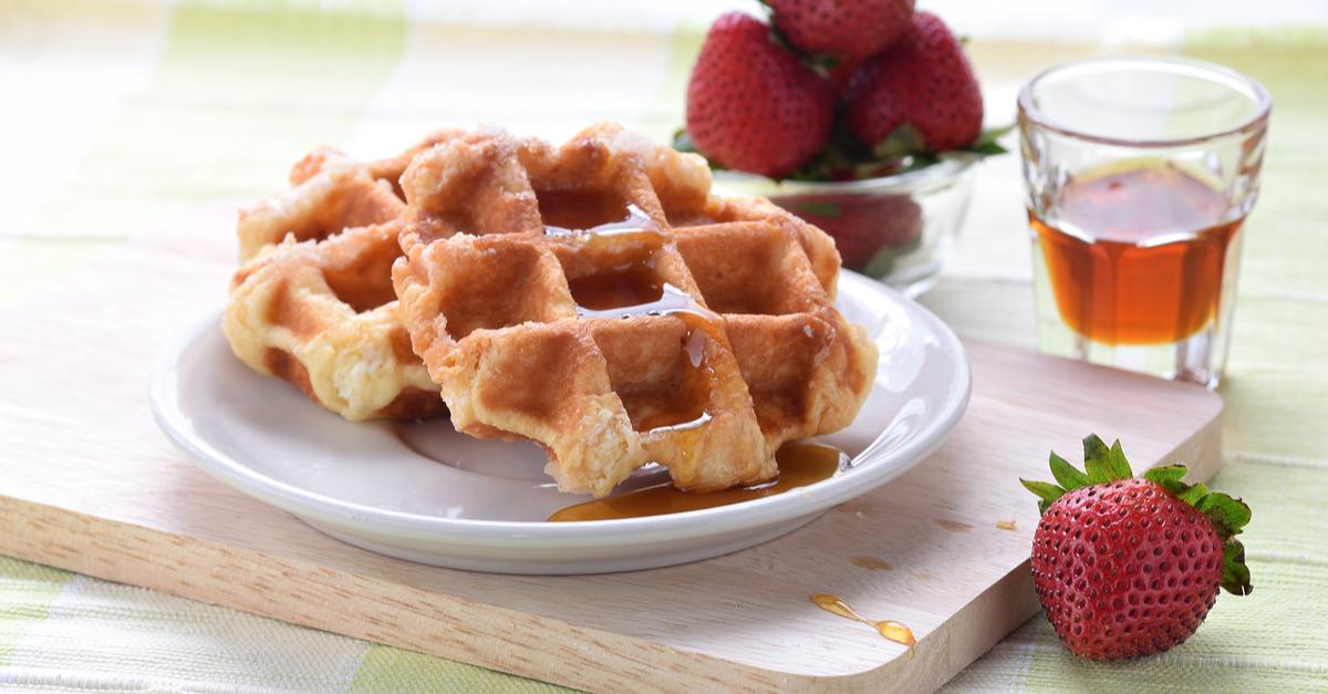 Фото Вкусные хрустящие вафли, политые медом или вареньем - необыкновенно вкусный завтрак! Если вы хотите порадовать своих близких легким и простым, но аппетитным блюдом, наш рецепт точно для вас.