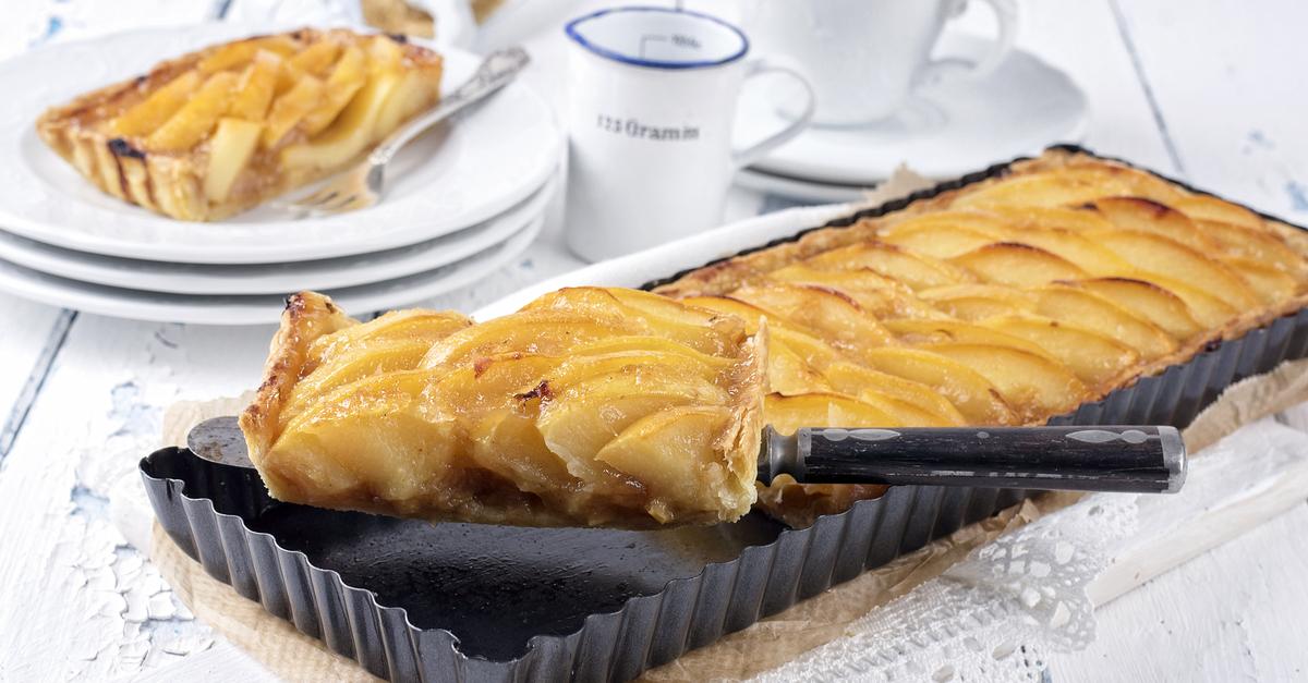 Фото Французский яблочный тарт - именно то блюдо, которое вы полюбите с первого кусочка! Он невероятно вкусный и так аппетитно и красиво выглядит, а готовится он очень быстро. Порадуйте своих близких нежной и сочной яблочной выпечкой.