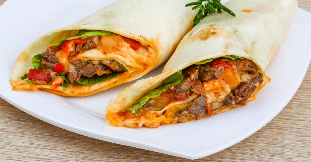 Фото Буррито - это популярное мексиканское блюдо в виде лепешки, в которую заворачивают начинку. Изюминка этого блюда в том, что вы сами можете выбирать, какую начинку положить в лепешку. Обязательно попробуйте сытное, ароматное и очень вкусное буррито!