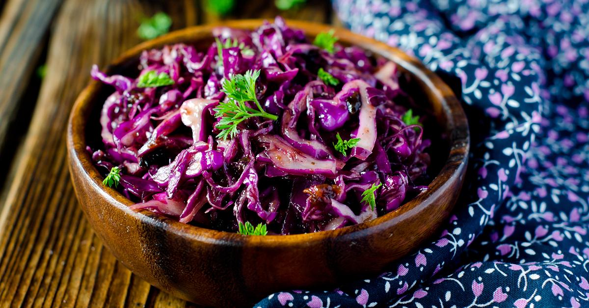 Фото Салат из красной капусты с черносливом