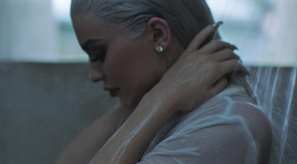 Photo of Kylie Jenner aparece nua e sensualiza com Tyga em vídeo