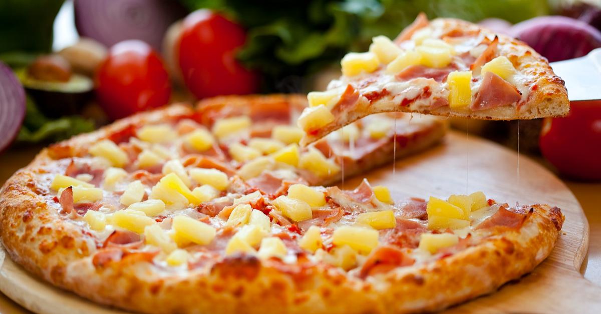 Фото Пицца с ветчиной и ананасом - необычайно вкусное сочетание, любимое многими. Гавайской эту пиццу называют из-за ананасов, которые присутствуют в этой ней и делают ее такой экзотической. Обязательно попробуйте!