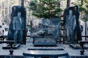 Вокруг света: Бандитское кладбище: пафосные памятники криминальных авторитетов лихих 90-х