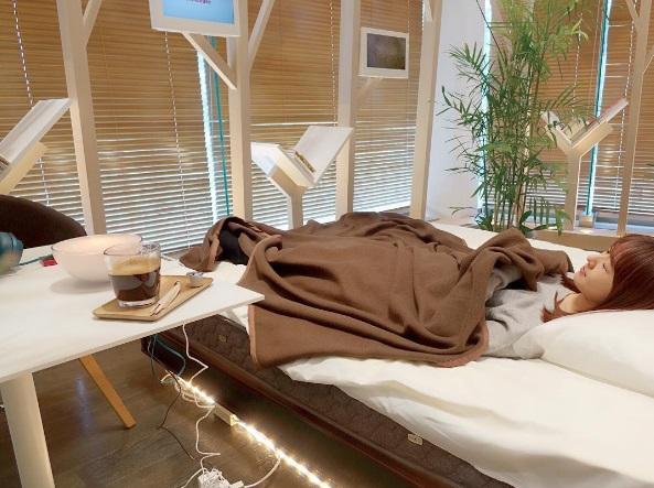 Photo of Japão abre café que tem camas de R$ 27 mil cada para clientes tirarem uma soneca