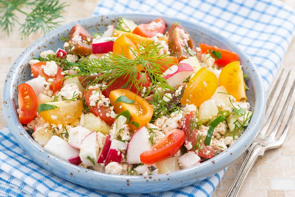 Весенний салат из редиса с творогом