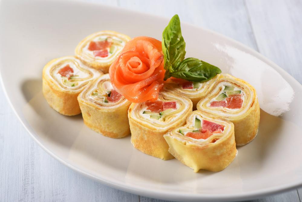 Роллы из блинов с лососем, сливочным сыром и огурцом
